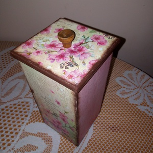 Vintage doboz tároló, Otthon & lakás, Lakberendezés, Tárolóeszköz, Doboz, Esküvő, Nászajándék, Meghívó, ültetőkártya, köszönőajándék, Decoupage, transzfer és szalvétatechnika, Bájos tároló doboz, mely tökéletes ajándék lehet minden alkalomra....\n\nMérete: 9*9*20cm.\n\nAlapozás u..., Meska