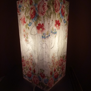 Asztali lámpa éjjeli lámpa hangulatvilágítás, Otthon & lakás, Lakberendezés, Lámpa, Asztali lámpa, Hangulatlámpa, Olvasólámpa, Decoupage, transzfer és szalvétatechnika, 10*10*22 cm-es méretű lámpa. Homokfúvott üvegre először rizspapírt ragasztottam, erre került a virág..., Meska