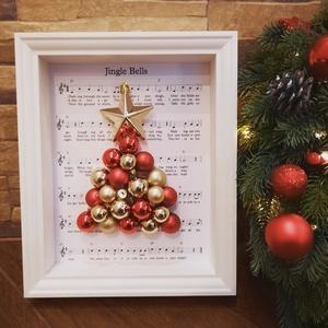 Adventi, karácsonyi fali dekoráció karácsonyfa díszekből, Otthon & Lakás, Karácsony & Mikulás, Karácsonyi dekoráció, Festészet, Arany és piros színű karácsonyfa díszek fenyőfa alakzatba rendezve mélyített fehér fakeretben. A fak..., Meska