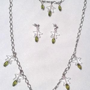 Zöld-átlátszó gyöngyös ezüst színű ékszer szett, Ékszer, Ékszerszett, Esküvő, Esküvői ékszer, Ékszerkészítés, Az ékszerszett  fehér és zöld műanyag gyöngyökkel valamint ezüst színű nikkelmentes láncból készült...., Meska