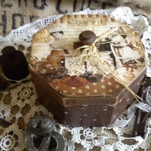 Csokis , bon-bonos  dobozka, Konyhafelszerelés, Otthon & lakás, Fűszertartó, Decoupage, transzfer és szalvétatechnika, Fa csokis dobozt késztettem, de kérhető fűszertartó is , különböző növényekkel, és felirat is kérhet..., Meska