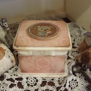 Macis doboz emlékeknek, ékszernek , Ékszerdoboz, Ékszertartó, Ékszer, Decoupage, transzfer és szalvétatechnika, Cuki koptatott macis ékszeres , emlékes kis doboz, kislányoknak, vagy gyermeklelkűeknek :) maci rajo..., Meska