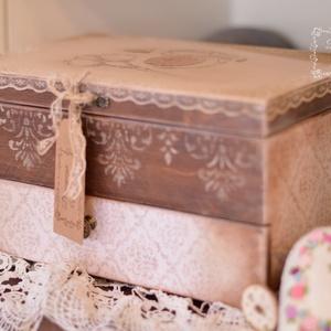 """Új nagy vintage varrós doboz  , Doboz, Tárolás & Rendszerezés, Otthon & Lakás, Decoupage, transzfer és szalvétatechnika, Nagy koptatott  \"""" régi \""""varrós doboz  fém és csipke kiegészítőkkel. Cérnának, tűnek, gomboknak, szal..., Meska"""