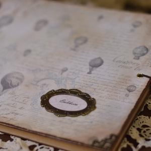 Emlékkönyv,egyedi könyv légballonos , Naptár, képeslap, album, Otthon & lakás, Fotóalbum, Jegyzetfüzet, napló, Ballagás, Ünnepi dekoráció, Dekoráció, Papírművészet, Decoupage, transzfer és szalvétatechnika, Kizárólag rendelésre készítek emlékkönyveket.\n40 antikolt sima barna lappal a belsejében, de kérhete..., Meska
