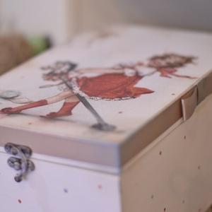 Baba kelengye doboz , Doboz, Tárolás & Rendszerezés, Otthon & Lakás, Decoupage, transzfer és szalvétatechnika, Rendelésre készítek kisfiúknak, kislányoknak  tároló dobozokat., első kis cipő, ruha , hajtincs egyé..., Meska