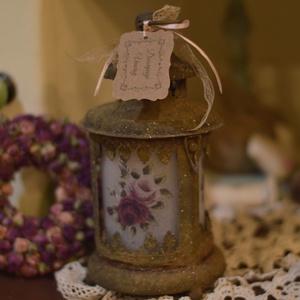 Rózsás-rozsdás lámpás, Dekoráció, Otthon & lakás, Lakberendezés, Lámpa, Hangulatlámpa, Decoupage, transzfer és szalvétatechnika, Fém rozsdás lámpás, szatinált üveggel és csodaszép rózsa mintával az üvegén. \nEgyedi ajándék lehet a..., Meska