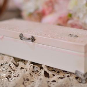 Esküvői doboz , Dekoráció, Otthon & lakás, Esküvő, Nászajándék, Decoupage, transzfer és szalvétatechnika, Törtfehér-púder rózsaszín elegáns esküvői doboz, melyet más színben is kérhetsz, felirattal is rende..., Meska
