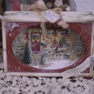 Karácsonyi mesedoboz kirakat, Otthon & lakás, Lakberendezés, Asztaldísz, Decoupage, transzfer és szalvétatechnika, Karácsonyi mesedoboz piros kirakattal.   Fenyőkkel,  és választható diótörővel vagy kis táblával  a ..., Meska
