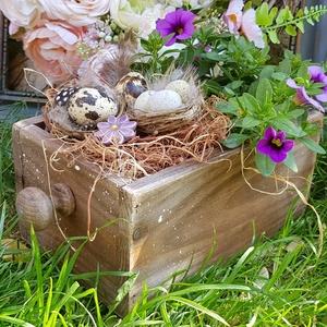 Tavaszi virágláda , élővirággal :), Láda, Tárolás & Rendszerezés, Otthon & Lakás, Festett tárgyak, Fenyő antikolt ládika, élővirággal ( külön fakkban, kibélelt részen) plusz tojásokkal, tollakkal, se..., Meska