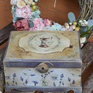 """vintage kis varrós doboz  , Otthon & lakás, Lakberendezés, Tárolóeszköz, Doboz, Decoupage, transzfer és szalvétatechnika, Cuki kis   \"""" régi \""""varrós doboz  6 fakkal a belsejében. Cérnának, tűnek, gomboknak, szalagnak. Méret..., Meska"""