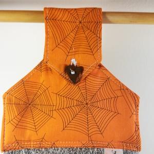 Halloween.... konyhai törlő, Otthon & Lakás, Konyhafelszerelés, Konyharuha & Törlőkendő, Varrás, Pókok és pókhálók. Amerikai puplin és frottír.\n\nMéretek: magasság : cca: 45 cm\nszélesség: alul 40 cm..., Meska