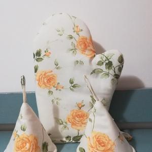 Nyílik még a sárga rózsa...... edényfogó kesztyű szett, Konyhafelszerelés, Otthon & lakás, Edényfogó, Varrás, Sárga rózsás pamutvászonból készítettem ezt a szettet, mely tartalmaz\n1 db kesztyűt és 2 db fülfogót..., Meska