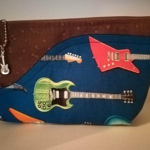 Zene- szeszer, zenés ajándék, , bassgitár, Hangszer & Hangszertok, Művészet, Varrás, Bassgitár mintás amerikai anyagból készítettem. A kék gitáros  anyag egy külső zseb, mely a zongora ..., Meska