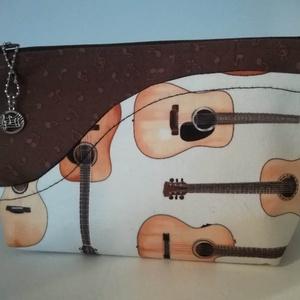 Zene- szeszer, zenés ajándék, giitárok, Hangszer & Hangszertok, Művészet, Varrás, Gitár mintás amerikai anyagból készítettem. A  gitáros  anyag egy külső zseb, mely a zongora fedelén..., Meska