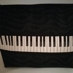 Zene- szeszer, zenés ajándék, , zongora, Hangszer & Hangszertok, Művészet, Varrás, Hangjegy mintás dizájner amerikai anyagból készítettem az elejére klaviatúrát varrtam. Vlies-zel bél..., Meska