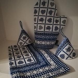 Kék kockás szívecskés konyha ruha és edényfogó kesztyű szett, Edényfogó & Edényfedő, Konyhafelszerelés, Otthon & Lakás, Varrás, Kék kockás szívecskés pamutvászonból készítettem ezt a szettet, mely tartalmaz\n1 db kesztyűt és 2 db..., Meska
