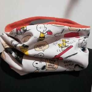 Snoopy rajzfilm jelenetek.......... csősál, kámzsa, körsál, sapkasál, hozzávaló maszkkal, Ruha & Divat, Sál, Sapka, Kendő, Sál, Varrás, Belül rozsdavörös pihe-puha polár, kívül  Snoopy rajzfilmekből ismert jelenetek... Egyedi darab.\nJó ..., Meska