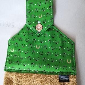 Szerencse patkó........konyhai törlő, , Otthon & Lakás, Konyhafelszerelés, Konyharuha & Törlőkendő, Varrás, Szerencse patkók vannak ezen a zöld designer textilen, aranysárga  frottírral készítettem,. Így jött..., Meska