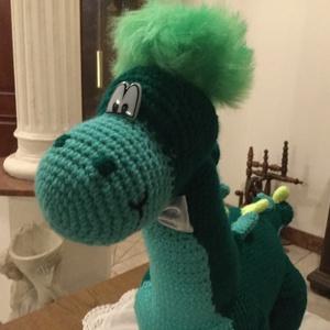 Dino, zöldben, Baba-mama-gyerek, Játék, Baba játék, Horgolás, 60 cm hosszú, 40 cm magas, kézzel horgolt dino-figura. Félelmetes szörnyeteg, sárkánykedvelő gyerme..., Meska