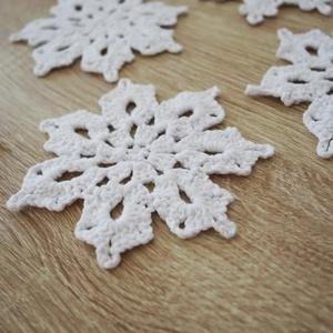 Horgolt hópehely, Karácsony & Mikulás, Karácsonyi dekoráció, Horgolás, Pamut fonalból készült, horgolt hópelyhek. Minden darab keményítve van.\nA nagyok 12, a kicsik 10 cm ..., Meska
