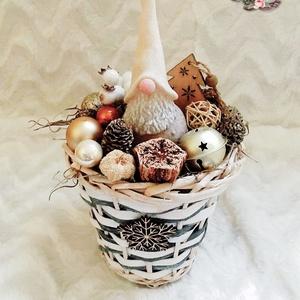 Asztali dekoráció leírása, Karácsony & Mikulás, Karácsonyi dekoráció, Mindenmás, Virágkötés, Fonott kosárba helyezett mohaágyon ülő manó gyertya. Vödörbe, bögrébe helyezett gyertya fenyő és egy..., Meska