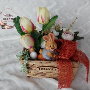 Húsvéti tál, Otthon & Lakás, Dekoráció, Asztaldísz, Virágkötés, Barnás színű fonott tálban tulipánok és paeoniák között ülő nyuszi. Juta szalaggal.\nMérete: 20x25cm,..., Meska