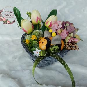 Tavaszi méhecskés tál, Otthon & Lakás, Dekoráció, Asztaldísz, Virágkötés, Tavaszváró, szív alakú szürke fonott vessző tálon tulipánok és hortenziák között fekvő méhecske. Zöl..., Meska