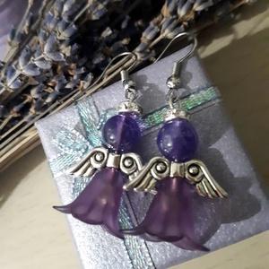Lila Ametiszt ásvány angyalka fülbevaló,  ametiszt ásványgyönggyel, akril harangvirággal és ezüst színű angyalszárnnyal., Ékszer, Fülbevaló, Lógós fülbevaló, Ékszerkészítés, Gyöngyfűzés, gyöngyhímzés, Lila angyalka fülbevaló ametiszt ásványgyönggyel és lila színű akril harangvirággal\nEzüst színű fém ..., Meska