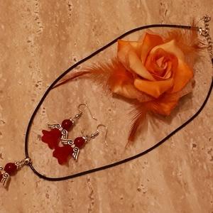 Piros Jade ásvány angyalka fülbevaló, ásványgyönggyel, piros matt áttetsző harangvirággal, ezüst színű angyalszárnnyal., Ékszer, Fülbevaló, Lógós fülbevaló, Ékszerkészítés, Gyöngyfűzés, gyöngyhímzés, Piros Jade angyalka fülbevaló  ásványgyönggyel és áttetsző matt piros színű akril harangvirággal. Ez..., Meska