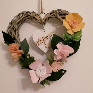 Ajtódísz / Kopogtató , Otthon & Lakás, Dekoráció, Ajtódísz & Kopogtató, Mindenmás, Szürke színű szív alakú alapra kerültek a pasztel színű virágok, és a zöldek :)\nTeljesen személyre s..., Meska