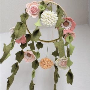 Kiságy forgó virágokkal , Otthon & Lakás, Dekoráció, Függődísz, Mindenmás, Filcből készült virágok díszítik ezt a babaforgót. Más színből is kérhető, a mérete is változtatható..., Meska