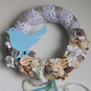 Kék madárkás ajtódísz, kopogtató, koszorú, csipkés, Otthon & Lakás, Dekoráció, Ajtódísz & Kopogtató, Virágkötés, A szalma alapot vetex-el vontam be, majd fehér színű csipkével tekertem körbe. Fa madárkával díszíte..., Meska