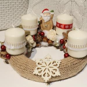 Mikulásos kötött adventi koszorú, számozott gyertyákkal, karácsonyi dekoráció, koszorú, asztaldísz , Karácsony & Mikulás, Adventi koszorú, Virágkötés, Kötött adventi koszorú csillogó gömbökkel, apró termésekkel díszítve. \nA gyertyák gyertyatüskén hely..., Meska