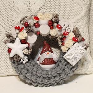 Hóemberes KOPOGTATÓ, ajtódísz, koszorú, Otthon & lakás, Dekoráció, Ünnepi dekoráció, Karácsony, Karácsonyi dekoráció, Lakberendezés, Virágkötés,  A koszorú átmérője kb 23 cm. \nPuha kötött anyaggal vontam be, apró termésekkel, pici gombákkal dísz..., Meska