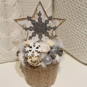 Csillagos karácsonyi, asztaldísz, dekoráció kaspóban., Otthon & lakás, Karácsony, Karácsonyi dekoráció, Lakberendezés, Asztaldísz, Virágkötés, A kaspót kötött anyaggal vontam be , termésekkel, tobozokkal díszítettem. A tetejére fából készült c..., Meska