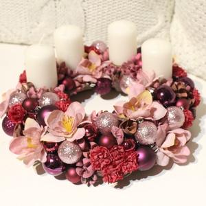 Lila adventi koszorú, csillogó gömbökkel - karácsonyi dekoráció, koszorú, asztaldísz , Karácsony & Mikulás, Adventi koszorú, Virágkötés, Adventi koszorú csillogó gömbökkel, apró termésekkel és virágokkal díszítve. \nA gyertyák gyertyatüsk..., Meska