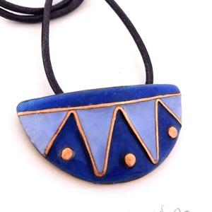 Nazca tűzzománc medál, Medálos nyaklánc, Nyaklánc, Ékszer, Ékszerkészítés, Tűzzománc, Egyedi, kézzel készült tűzzománc medál a kék szín árnyalataival. A medálra acélkék hengerelt bőrzsin..., Meska