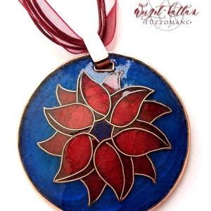 Flora tűzzománc medál, Ékszer, Medál, Nyaklánc, Ékszerkészítés, Tűzzománc, Kézzel peremezett vörösréz alapon, vörös-kék színben, rekeszzománc (cloisonné) technikával készült ..., Meska