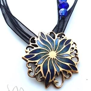 Flora - Borzaskata tűzzománc medál (több színben), Ékszer, Medál, Nyaklánc, Ékszerkészítés, Tűzzománc, Gyönyörű, nőies virágot mintázó, áttört forrasztott alapra készült tűzzománc medál, ragyogó kék szín..., Meska