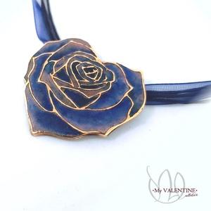 My Valentine - Rózsaszív tűzzománc medál, Ékszer, Medál, Nyaklánc, Ékszerkészítés, Tűzzománc, Finom, nőies szívbe zárt rózsa medál, süllyesztett zománc technikával készült el, kék színekben.\nA b..., Meska