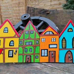 Színes fa házikós fali kulcstartó , Otthon & lakás, Bútor, Polc, Lakberendezés, Falikép, Famegmunkálás, Festett tárgyak, Gyönyörű színes fa házikós fali kulcstartó. 57 cm hosszú, 28 cm magas. 4 akasztóval, kézzel készítet..., Meska