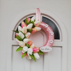 Tulipános ajtódísz, Otthon & Lakás, Dekoráció, Ajtódísz & Kopogtató, Virágkötés, Barack-rosé szatén szalaggal bevont 25 cm alapra készült,letisztult tavaszi ajtódísz édes otthon fel..., Meska