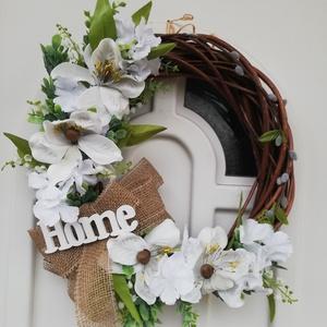 Magnóliás tavaszi ajtódísz, Otthon & Lakás, Dekoráció, Ajtódísz & Kopogtató, Virágkötés, 40 cm átmérőjű vessző alapra készült,letisztult ,barkával díszített magnólia virágos ajtódísz.\nHome ..., Meska