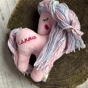 Lovacska névvel hímzett RENDELHETŐ!! - kabala bábú, Ló, Plüssállat & Játékfigura, Játék & Gyerek, Varrás, Hímzés, A lovacska rendelésre készül! Üzenetben szükséges egyeztetni.\n\nAKCIÓ: \n\n15.000 Ft feletti vásárlás e..., Meska