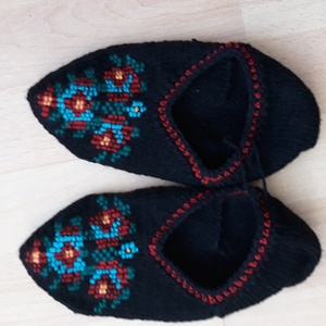 Sváb tutyi /pacsker/, Táska, Divat & Szépség, Cipő, papucs, Kötés, \nNépművészeti kötött lábbeli, mely fekete pamut fonalból készült, a minta kötött, szintén pamut fona..., Meska