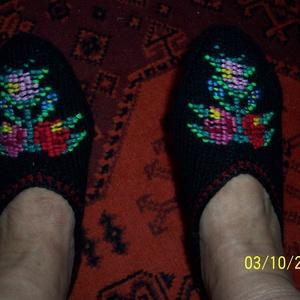 Sváb tutyi/ pacsker/, Táska, Divat & Szépség, Cipő, papucs, Kötés, \nNépművészeti kötött lábbeli, mely fekete pamut fonalból készült, a minta kötött, szintén pamut fona..., Meska