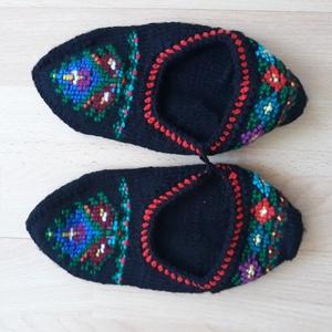 sváb tutyi, Ruha & Divat, Cipő & Papucs, Kötés, Népművészeti kötött lábbeli, mely fekete pamut fonalból készült, a minta kötött, szintén pamut fonal..., Meska