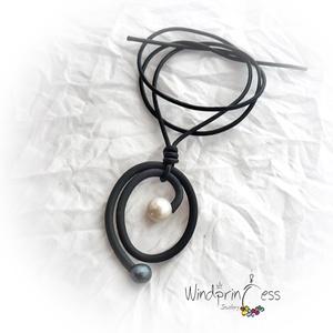 Minimál design 4., Medálos nyaklánc, Nyaklánc, Ékszer, Gyöngyfűzés, gyöngyhímzés, Minimál design kollekcióm egy darabja....   \ndrótra fűzött fekete kaucsuk, igazgyöngyökkel díszítve,..., Meska