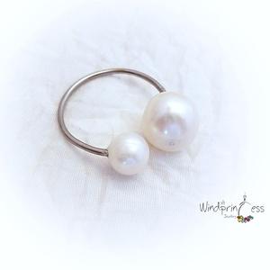 Kétgyöngyös gyűrű, acél, Ékszer, Gyűrű, Gyöngyös gyűrű, Ékszerkészítés, Alap:\n1 mm-es acélszál, formázva és elkalapálva.\nKét gyönyörű fehér édesvizi gyönggyel.A két gyöngy ..., Meska