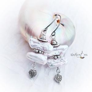 Biwa fülbevaló. fehér, Ékszer, Fülbevaló, Ékszerkészítés, Valódi  , kb.1,5-2 cm nagyságúbiwa gyöngyök  , antik fém díszítő  elemek  ,acél akasztó. Hossza  ak..., Meska